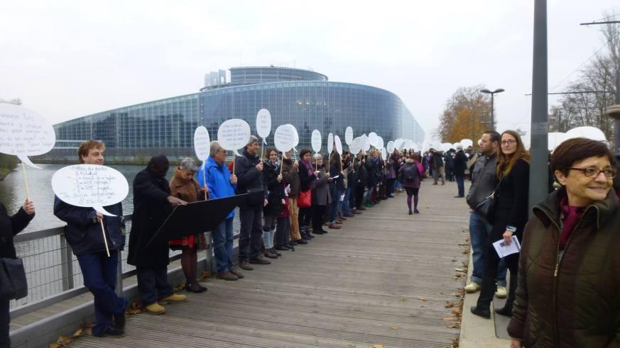 Cadena humana frente Parlamento Europeo